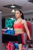 Sportkvinna som övar idrottshallen, konditionmitt Royaltyfria Foton