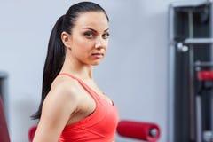 Sportkvinna som övar idrottshallen, konditionmitt Arkivfoton