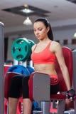 Sportkvinna som övar idrottshallen, konditionmitt Royaltyfri Fotografi