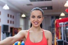 Sportkvinna som övar idrottshallen, konditionmitt Arkivbilder