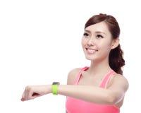 Sportkvinna som bär den smarta klockan Royaltyfri Bild
