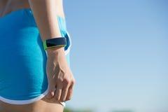 Sportkvinna som bär den smarta klockan Arkivfoton