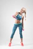 Sportkvinna som gör konditionövning med hantlar Royaltyfria Foton