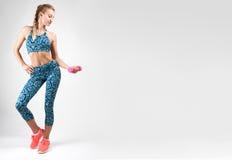 Sportkvinna som gör konditionövning med hantlar Arkivfoton