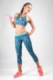 Sportkvinna som gör konditionövning med hantlar Royaltyfri Fotografi