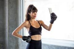 sportkvinna som gör selfie efter övning i idrottshall konditionkvinnlig i sportswear att ta ett avbrott från genomkörare genom at arkivbild