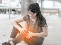 Sportkvinna som har en skada på hennes knäben fotografering för bildbyråer
