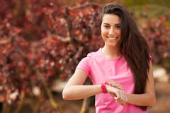 Sportkvinna som kontrollerar hennes klocka Royaltyfri Foto