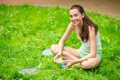 Sportkvinna som spelar badminton Arkivbild
