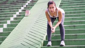 Sportkvinna som sträcker att köra i gataPark City stads- bakgrund Royaltyfri Fotografi