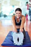 Sportkvinna som streching Kondition- och yogabegrepp Slank kvinna Royaltyfri Foto
