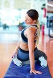Sportkvinna som streching Kondition- och yogabegrepp Slank kvinna Royaltyfria Foton