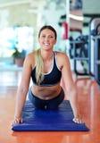 Sportkvinna som streching Kondition- och yogabegrepp Slank kvinna Arkivbild