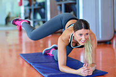 Sportkvinna som streching Kondition- och yogabegrepp Slank kvinna Arkivfoton