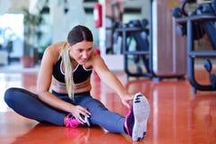 Sportkvinna som streching Kondition- och yogabegrepp Slank kvinna Fotografering för Bildbyråer