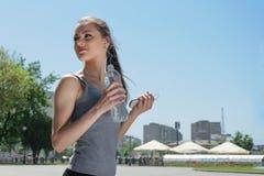 Sportkvinnan är dricksvatten fotografering för bildbyråer
