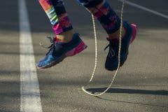 Sportkvinnan parkerar in att öva utomhus wearable teknologi för konditionbogserare Royaltyfri Fotografi