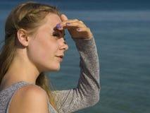 Sportkvinnan parkerar in att öva utomhus wearable teknologi för konditionbogserare Royaltyfria Bilder