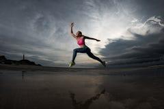 Sportkvinnarunnig på stranden Royaltyfri Foto