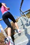 Sportkvinnaspring på bergtrappa Arkivfoto