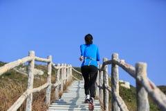 Sportkvinnaspring på bergtrappa Royaltyfri Fotografi