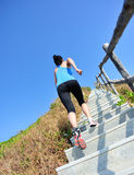 Sportkvinnaspring på bergtrappa Royaltyfri Bild