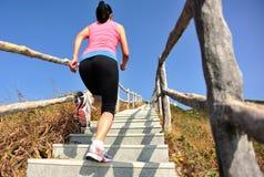 Sportkvinnaspring på bergtrappa Royaltyfria Bilder