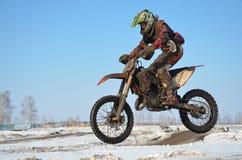 Sportler auf dem Motorrad fliegt durch die Luft Lizenzfreie Stockfotos