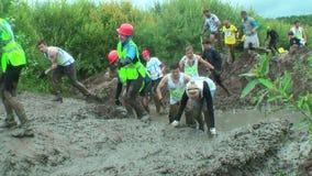 Sportler auf schmutzigem Stadium Tyumen Russland stock video footage