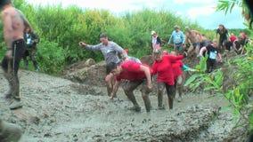 Sportler auf schmutzigem Stadium Tyumen Russland stock footage
