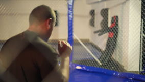 Sportler, der Übung in einem Verpackenkäfig 4K tut stock video footage