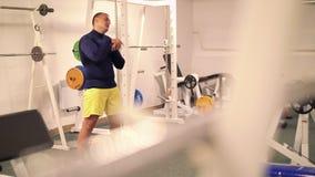 Sportler, der Übung für das Ausdehnen in die Turnhalle 4k tut stock footage