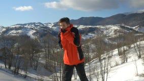 Sportler, der draußen an einem sehr kalten Wintertag an den Bergen einfriert stock video