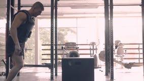 Sportler, der seinen Körper beim Kastenspringen ausarbeitet beweggrund stock footage