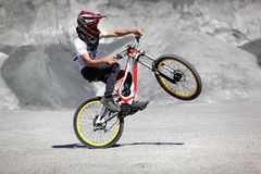Sportler in der Sportkleidung auf einer Mountainbike fährt auf die Steine Lizenzfreie Stockfotos
