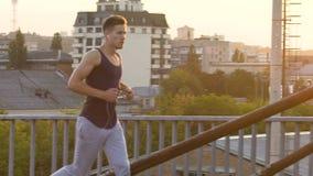 Sportler, der um Industriegebiet der Stadt während der magischen Stunde, LangsammO läuft stock video