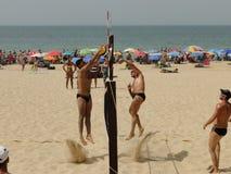 Sportler, die Strandvolleyball spielen Stockfotografie