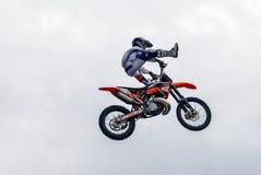 Sportler führt einen Trick durch Tyumen Russland stockfoto