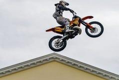Sportler führt einen Trick durch Tyumen Russland lizenzfreie stockfotografie