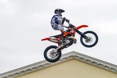 Sportler führt einen Trick durch Tyumen Russland lizenzfreie stockbilder