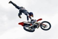 Sportler führt einen Trick durch Tyumen Russland lizenzfreie stockfotos