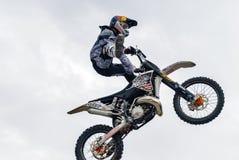 Sportler führt einen Trick durch Tyumen Russland stockfotos