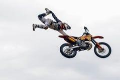 Sportler führt einen Trick durch Tyumen Russland stockbilder