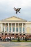 Sportler führt einen Trick durch Tyumen Russland lizenzfreies stockbild