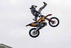 Sportler führt Trick durch Tyumen Russland stockfoto