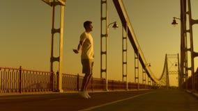 Sportler hat Straßentraining stock footage
