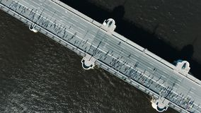 Sportler lassen Marathon entlang Straßenbrücke mit weißer Markierung laufen stock video footage