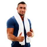 Sportler mit dem Tuch, das sich Daumen zeigt Stockfotografie