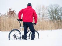 Sportler mit der Mountainbike verloren im Schnee Winter auf dem Gebiet Stockfotos