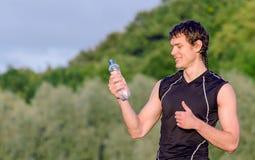 Sportler mit Flasche Wasser Stockfoto
